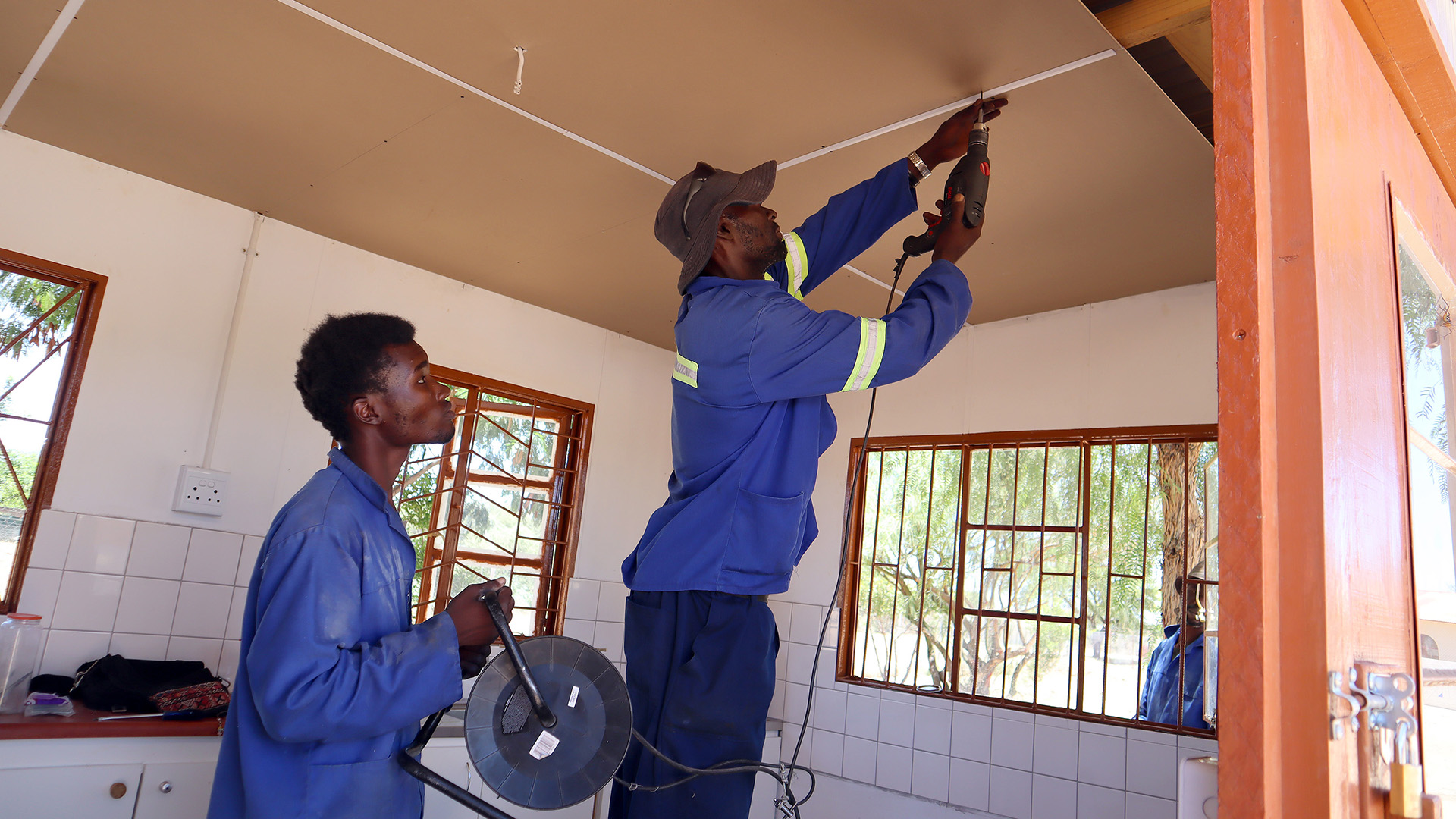 Insertion of a plasterboard ceiling to seal the school garden kitchen