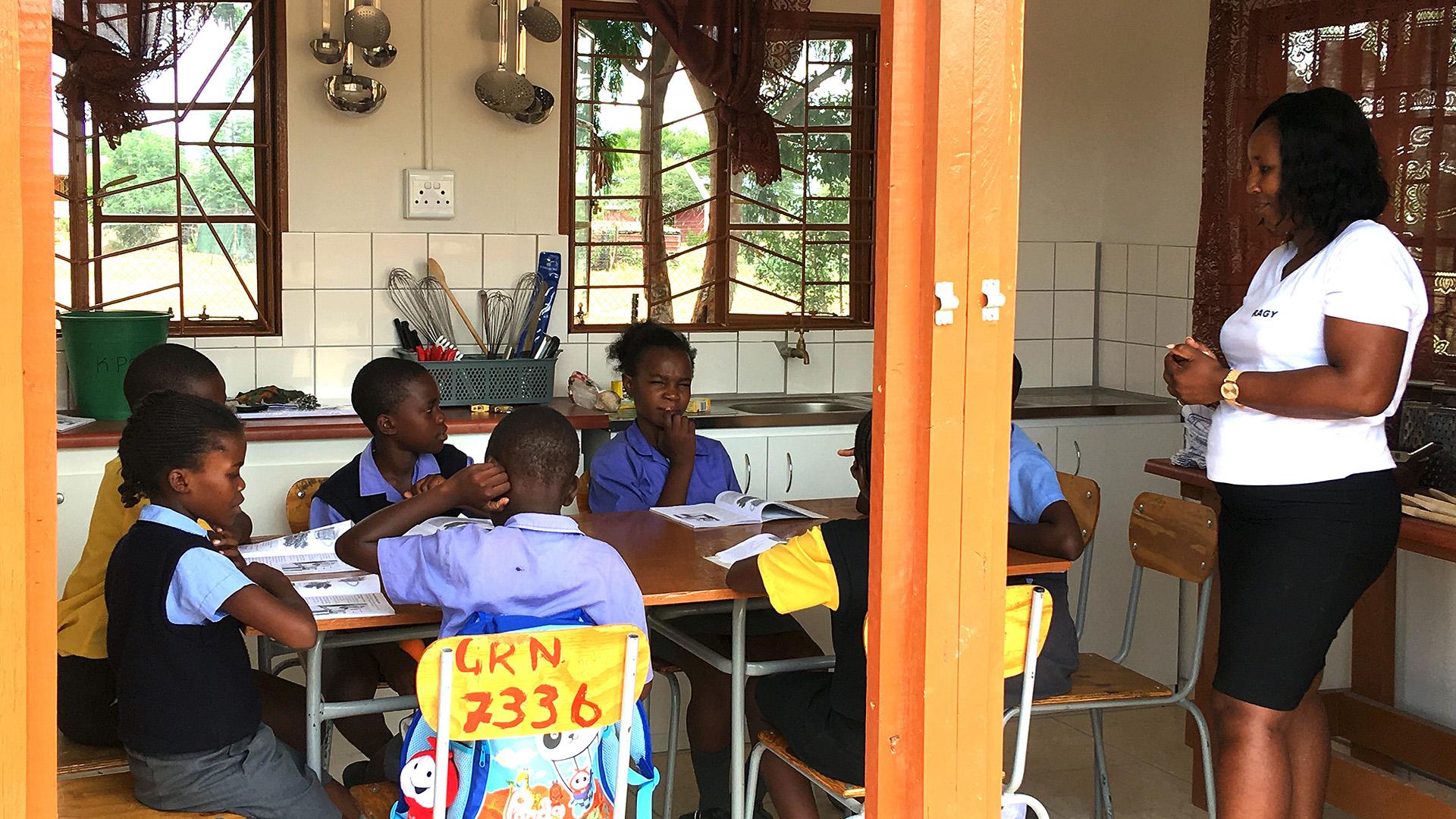Schulgartenküche und Klassenraum für den praktischen Unterricht von 'home ecologies'